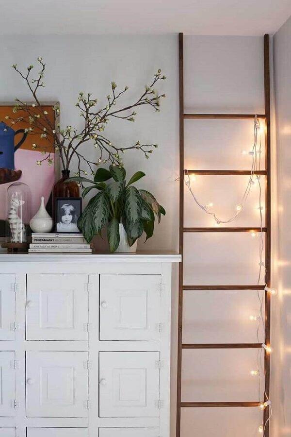 Decoração com cordão fio de luz em ambiente clean