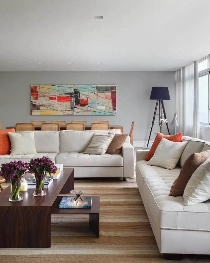 The decoration of a living room with a striped rug and a sofa 2 and 3 seater comfortable Photo by Adriana Valle, Patricia Carvalho