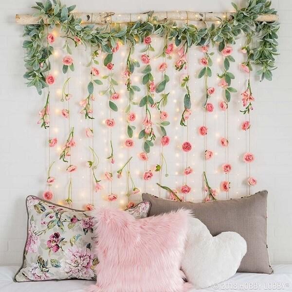 Decoração feita com flores artificiais e cordão fio de luz