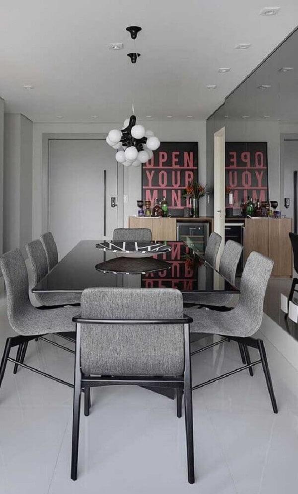 Decoração moderna com espelho fumê para sala de jantar cinza