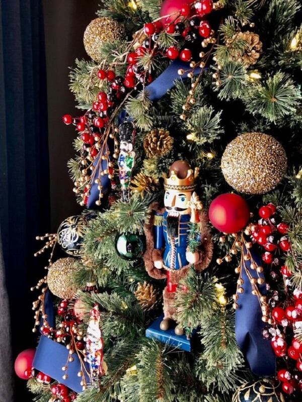 Details that delight in the blue and red Christmas tree