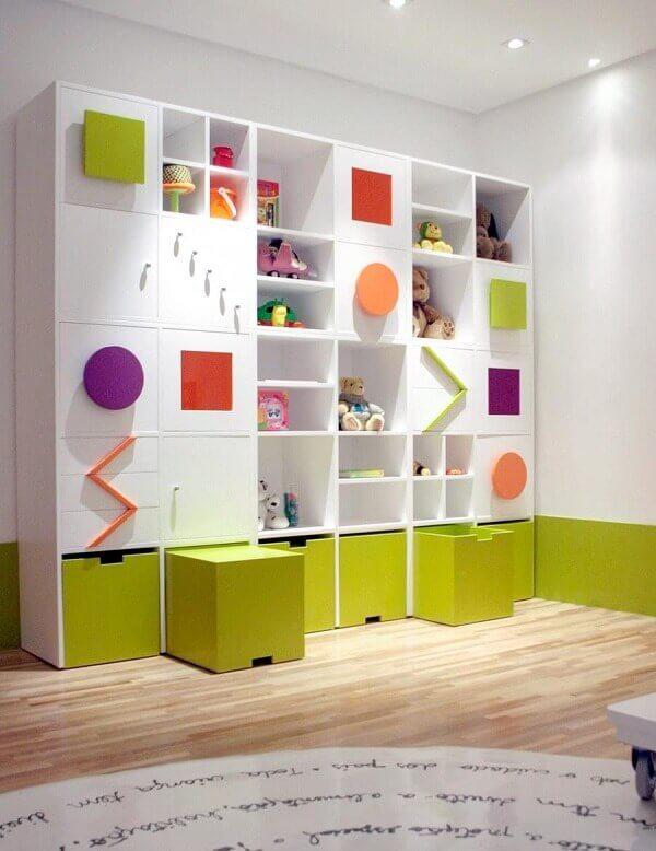 Estante branca com detalhes coloridos para quarto infantil