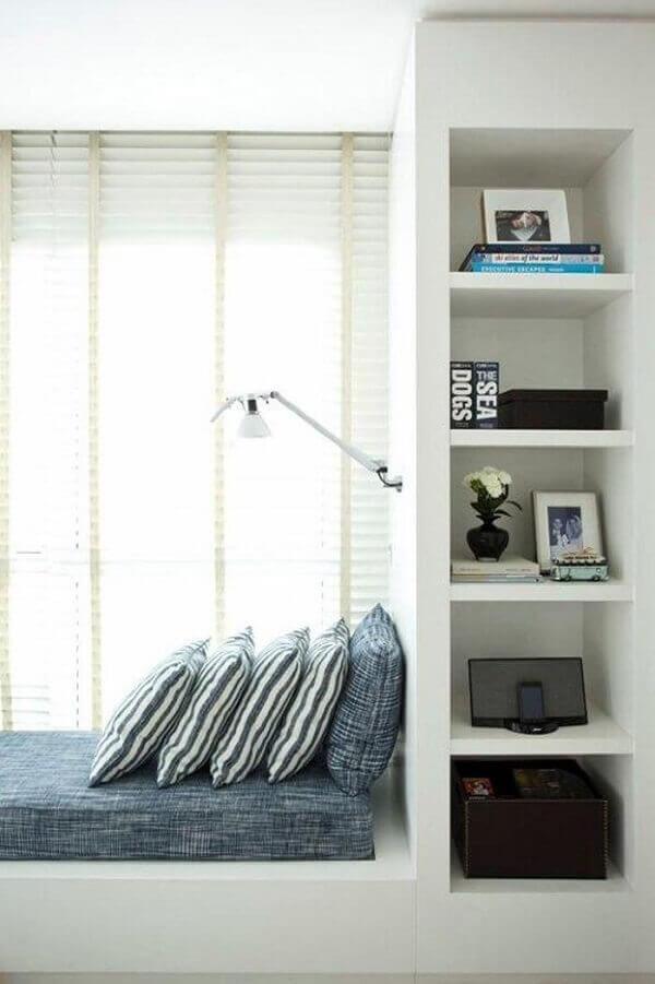 Estante branca para quarto de solteiro embutida na cama