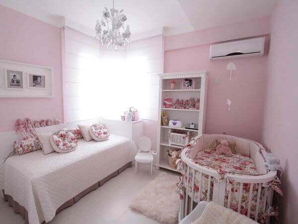 Facilite a organização do ambiente incluindo uma estante branca no quarto de bebê