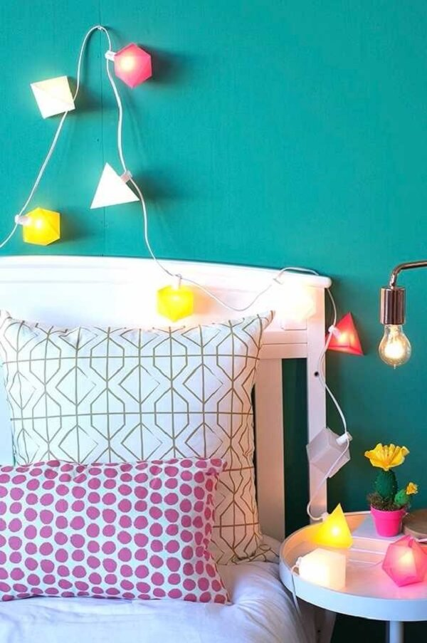 Mais uma sugestão descolada de cordão de luz colorido para a decoração