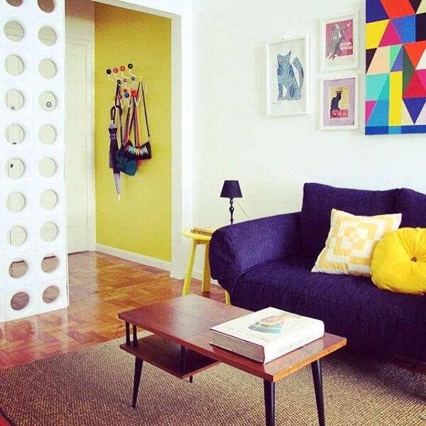 Mesa de centro estilo retrô com nicho