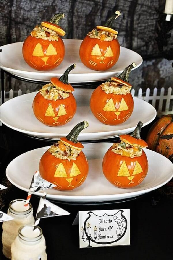 Mini Halloween pumpkins are also guaranteed presence in party decoration