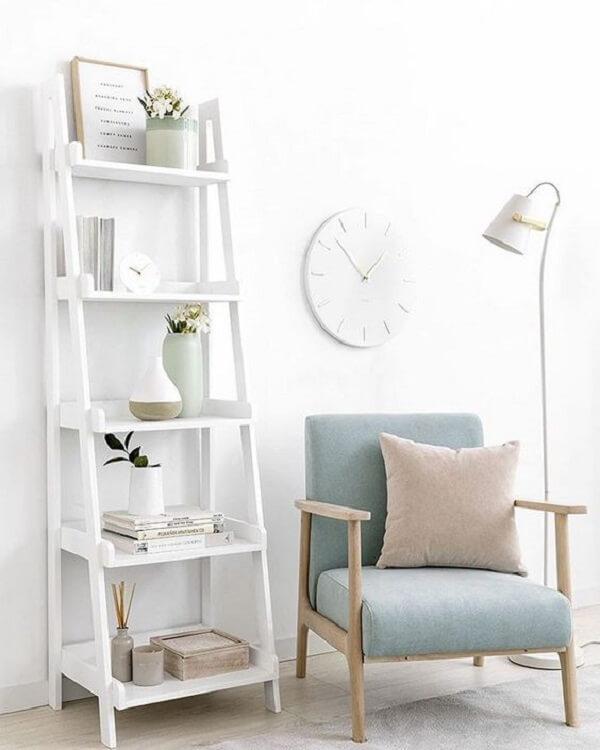 Modelo de estante escada branca para decoração clean