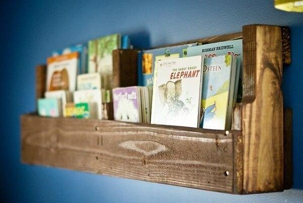 Modelo discreto de prateleira de pallet para livros