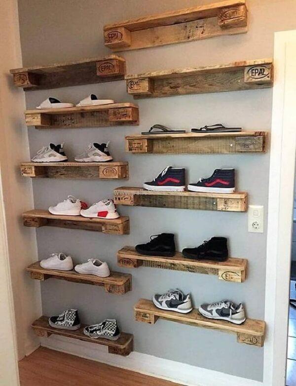 Neste projeto a prateleira de pallet preenche toda a parede e ajuda na organização dos sapatos