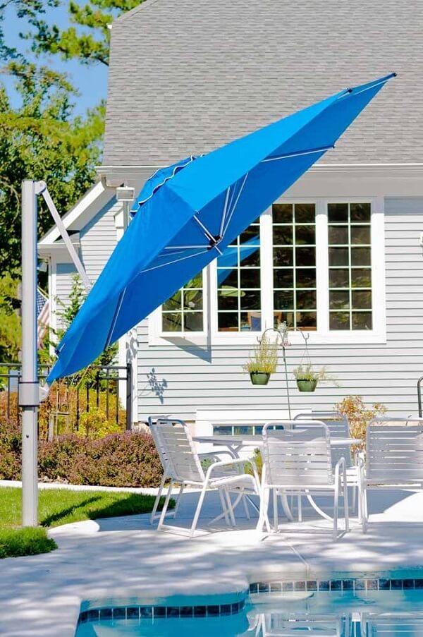 Normalmente os ombrelones laterais ficam ao lado de espreguiçadeiras, cadeiras e mesas da piscina ou jardim