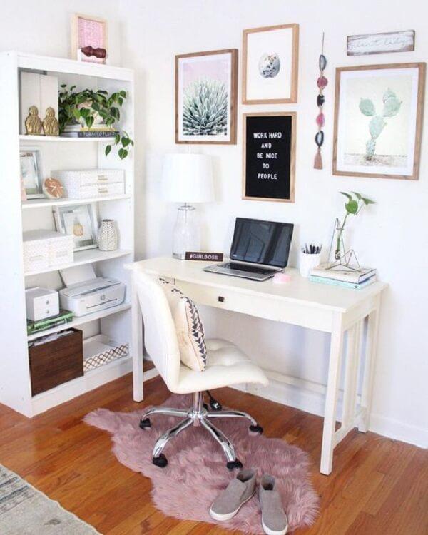 O acabamento da estante branca conversa com a escrivaninha do home office