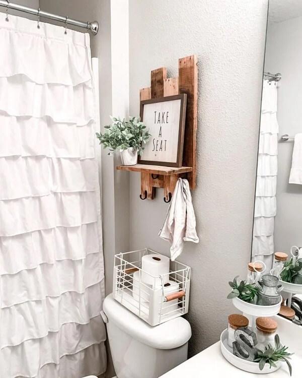 O banheiro também pode ganhar uma charmosa prateleira de pallet