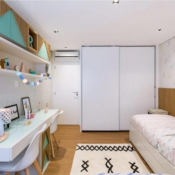 O cordão de luz bolas coloridas decora de forma divertida o quarto