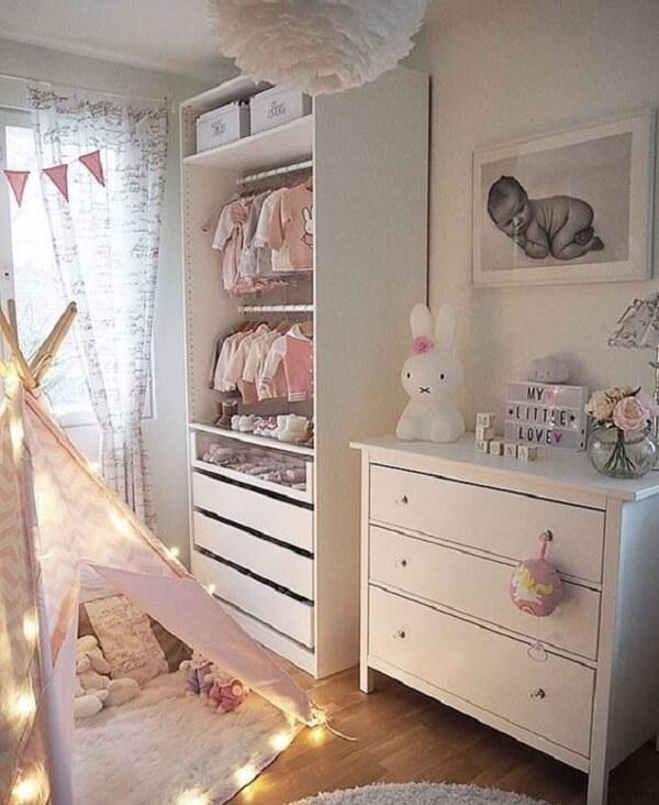 O cordão de luz bolas decora a estrutura da cabaninha infantil
