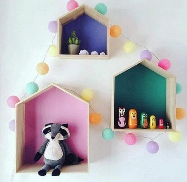 O cordão de luz colorido pode envolver os nichos do quarto infantil