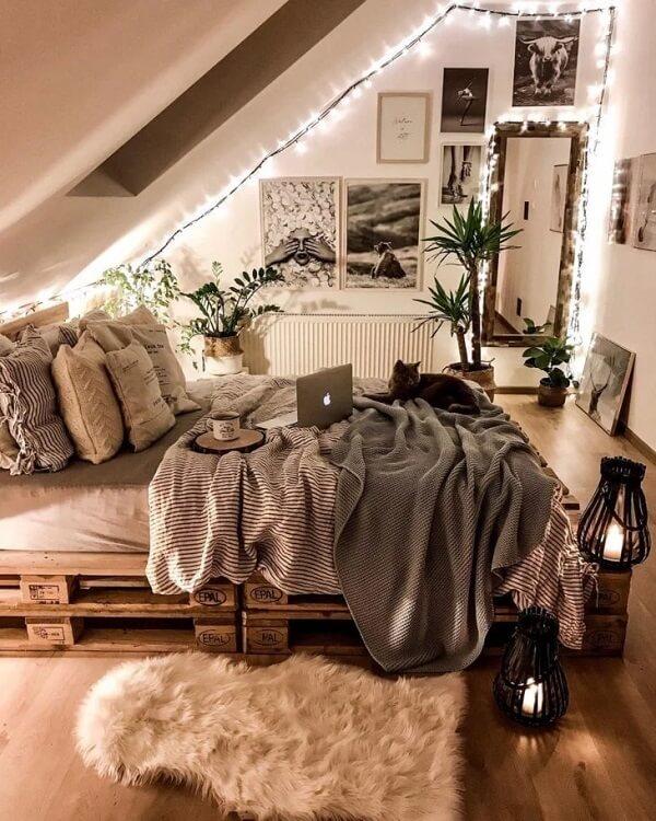 O cordão de luz led traz aconchego para a decoração do quarto
