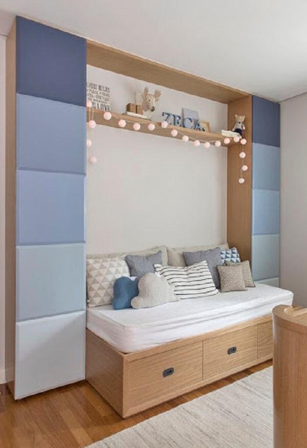 O cordão de luz quarto foi posicionado sobre a cama infantil
