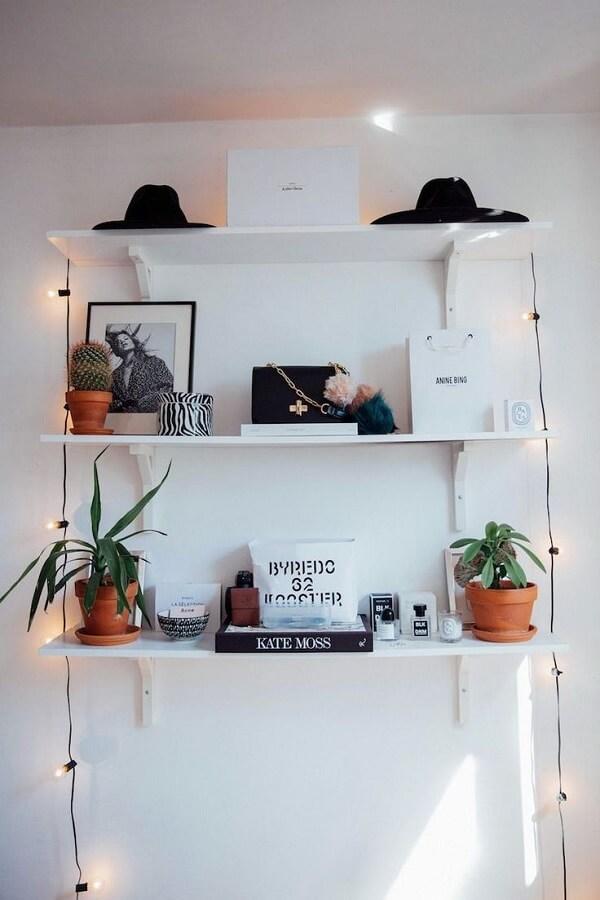 O cordão fio de luz traz pontos de realce nas prateleiras e estantes