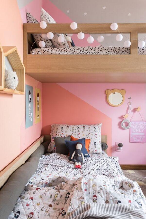 O cordão ponto de luz foi fixado na lateral da cama infantil