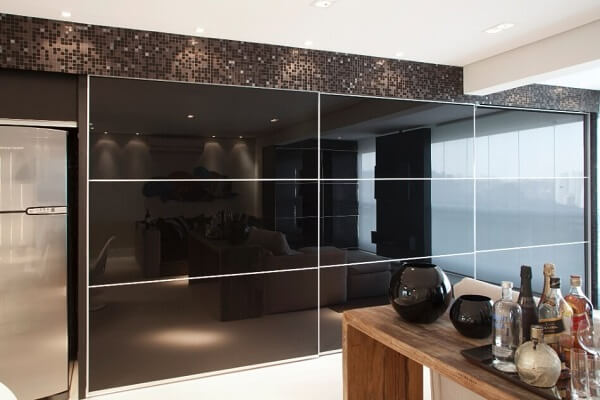 O espelho fumê ajuda a destacar bem o ambiente da cozinha