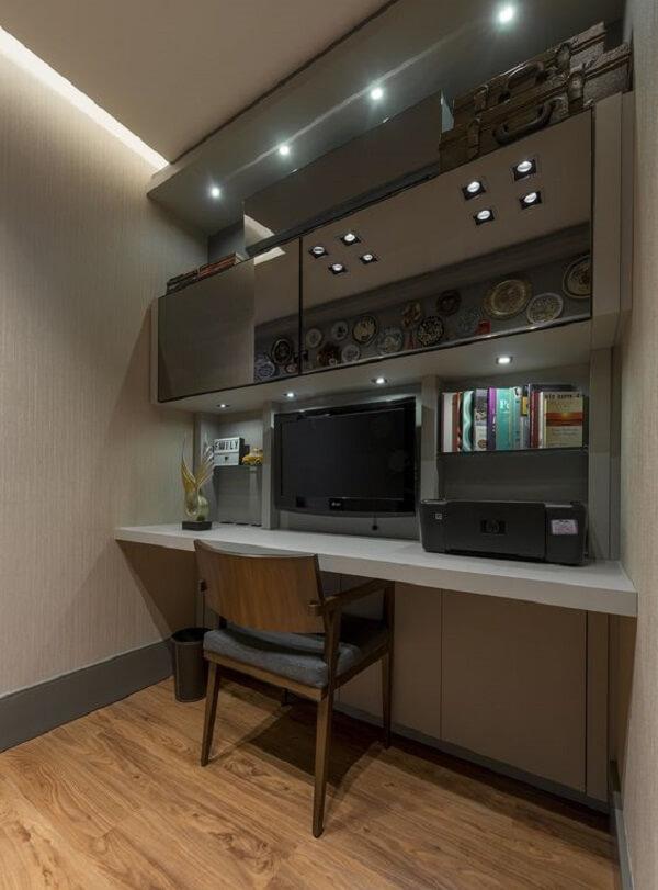 O espelho fumê foi usado de forma discreta nesse home office