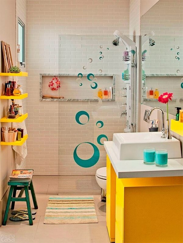O jogo de banheiro infantil mescla tons de amarelo e branco