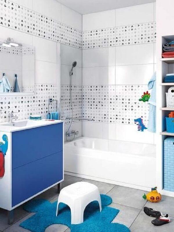 O jogo de banheiro infantil mescla tons de branco e azul