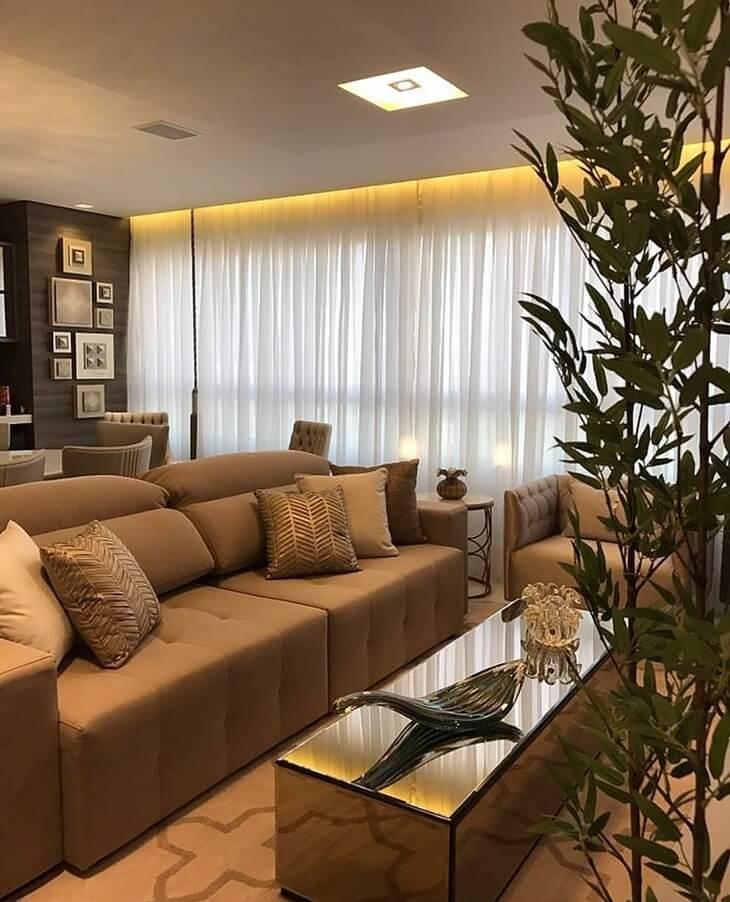 O plafon de embutir sobre o sofá oferece uma luz indireta para o ambiente