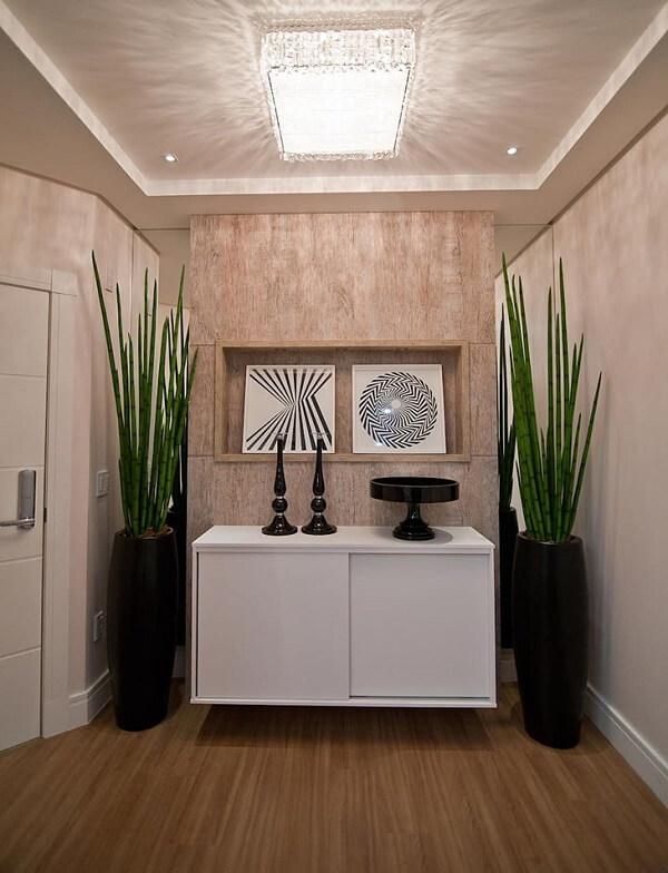 O plafon de sobrepor de cristais confere elegância ao hall de entrada