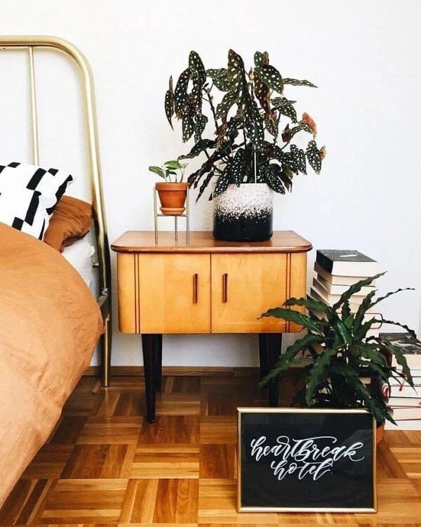 O quarto pode ficar ainda mais fresco e aconchegante com a presença da Begônia Maculata