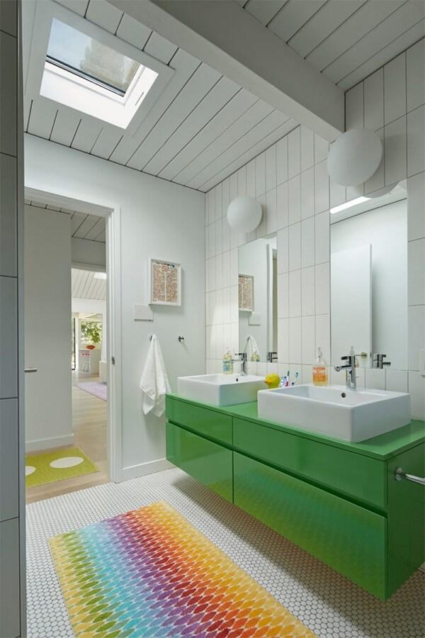 O tapete para banheiro infantil colorido é a grande atração do ambiente