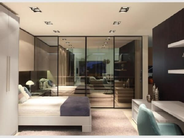 O vidro espelhado fumê combina perfeitamente com todos demais móveis e objetos decorativos