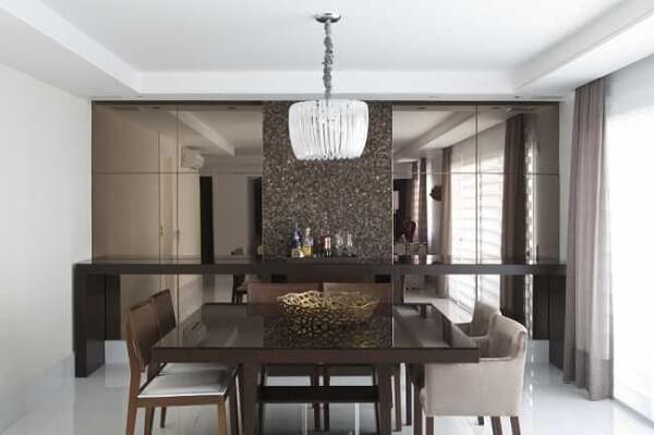 O vidro fumê espelhado decora a sala de jantar