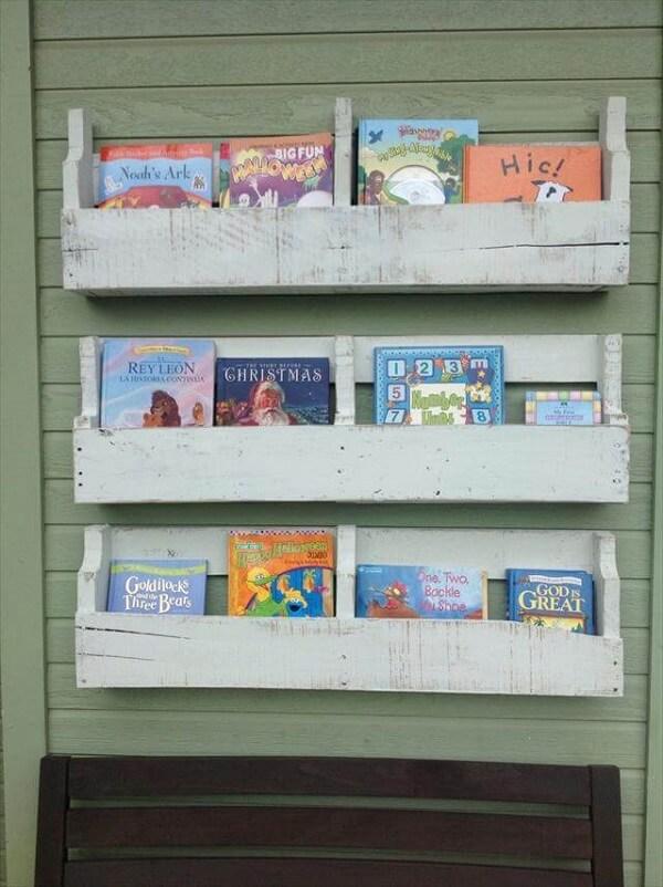 Organize o quarto infantil com essa prateleira de pallet para livros