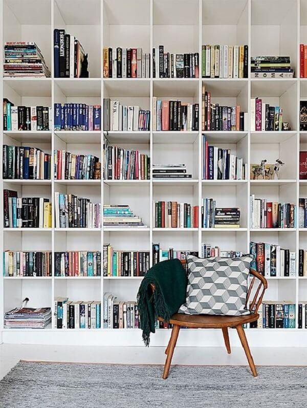 Organize seus livros e revistas na estante branca
