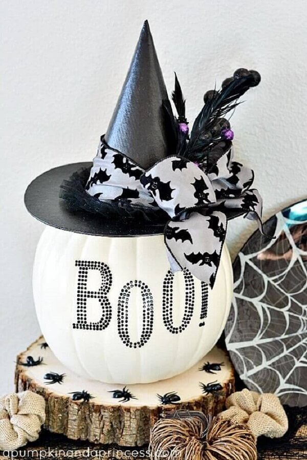 The decorations of the white halloween pumpkin are the highlight of the party