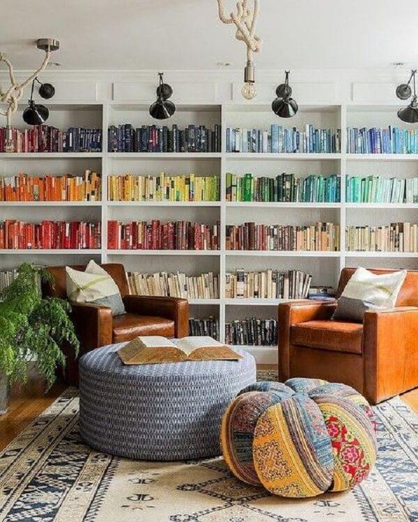 Os livros coloridos são o grande destaque dessa estante branca