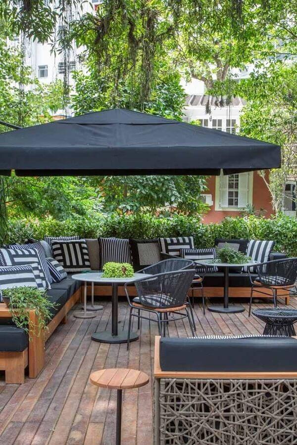 Os ombrelones grandes agregam valor estético e garantem sombra ao ambiente
