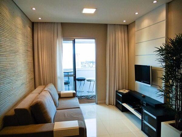 Os plafons de embutir trazem aconchego para a decoração da sala de estar