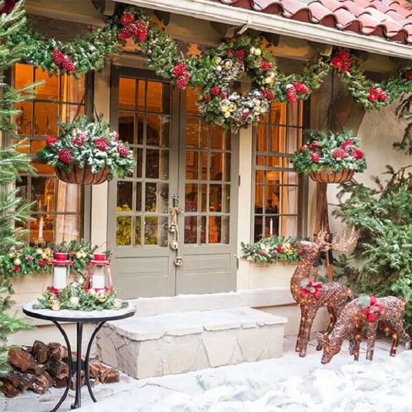 The shades of red are always present in the Christmas decoration for outdoor garden