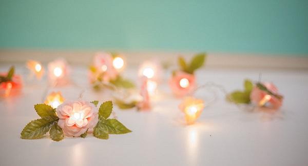 Aprenda como fazer cordão de luz com flores artificiais em casa