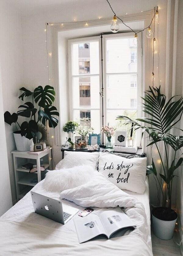 Plantas, varal de fotos e cordão de luz quarto decoram o projeto