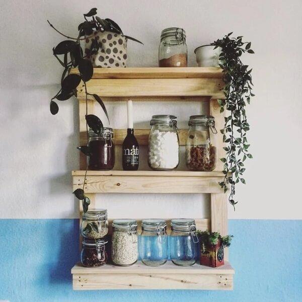 Posicione potes de mantimentos na prateleira de pallet para cozinha