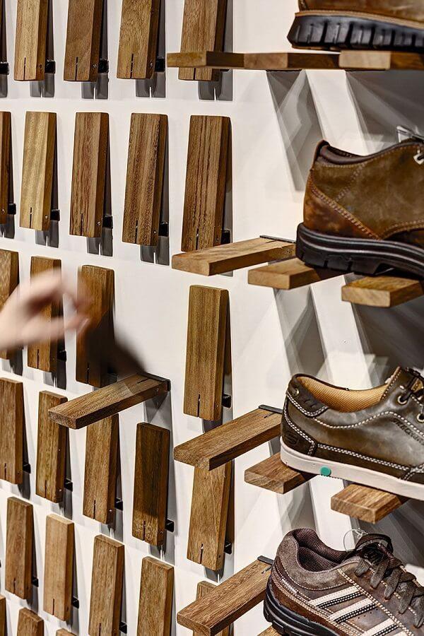 Prateleira de pallet com design criativo ajuda na sustentação dos sapatos