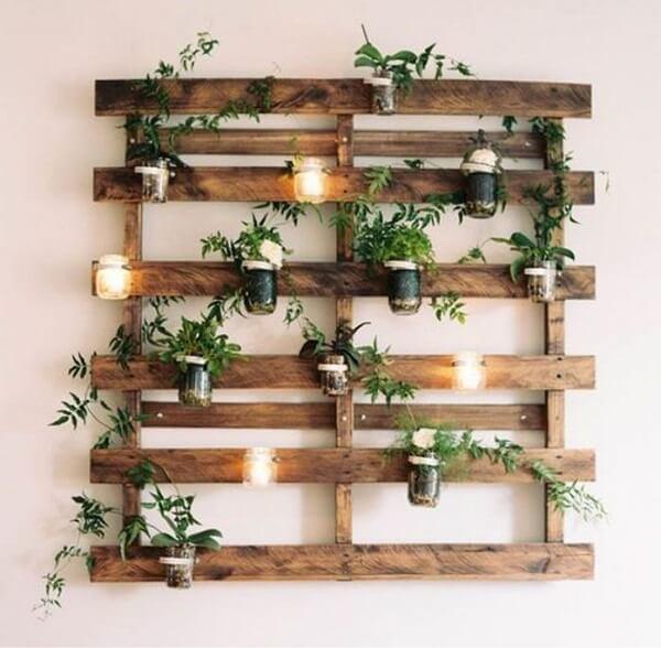 Prateleira de pallet para plantas e velas decorativas