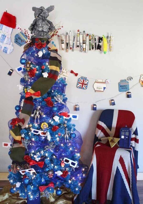 Árvore de natal diferente e azul com temas de filmes