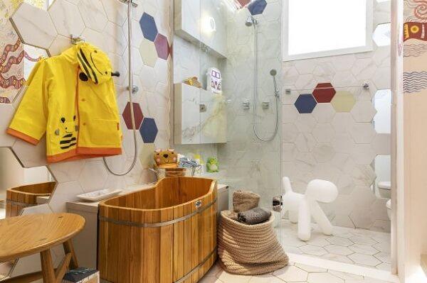Revestimento hexagonal para esse banheiro infantil