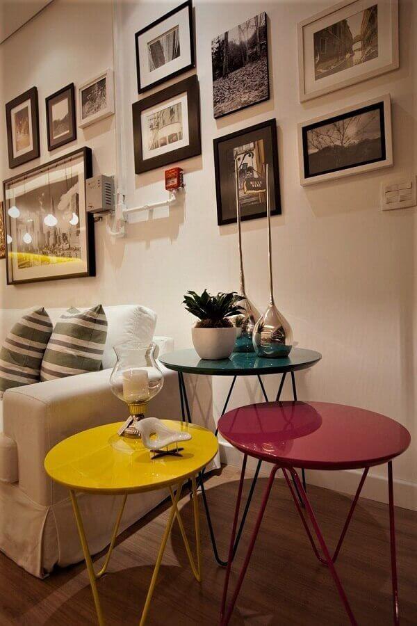 decoração de sala branca com mesas de canto redondas coloridas Foto Rosi Barcelos Arquitetura