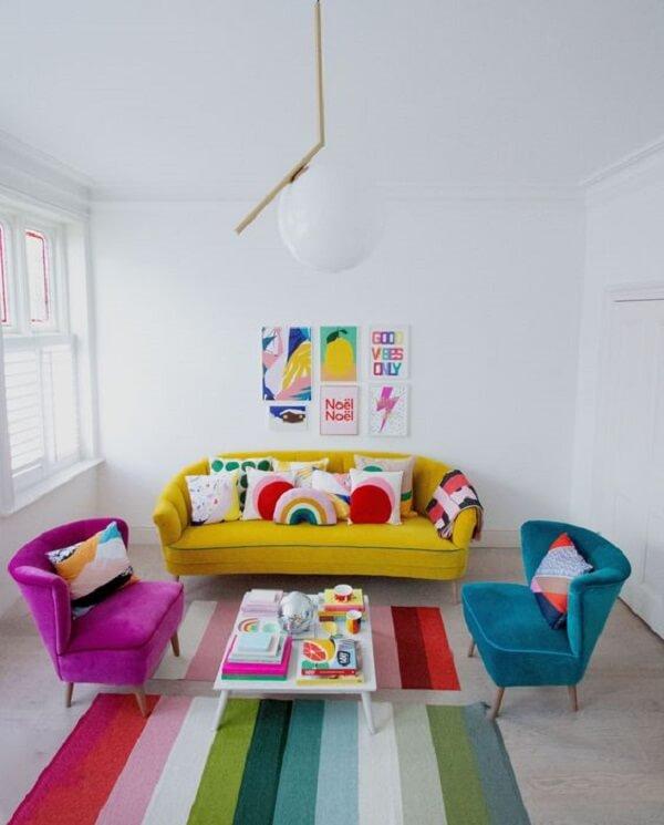 Sala de estar colorida com mesa de centro retrô branca para equilibrar a decoração